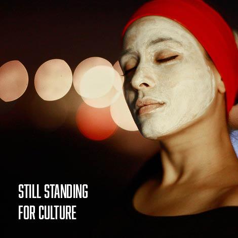 une femme qui fait un masque de beauté